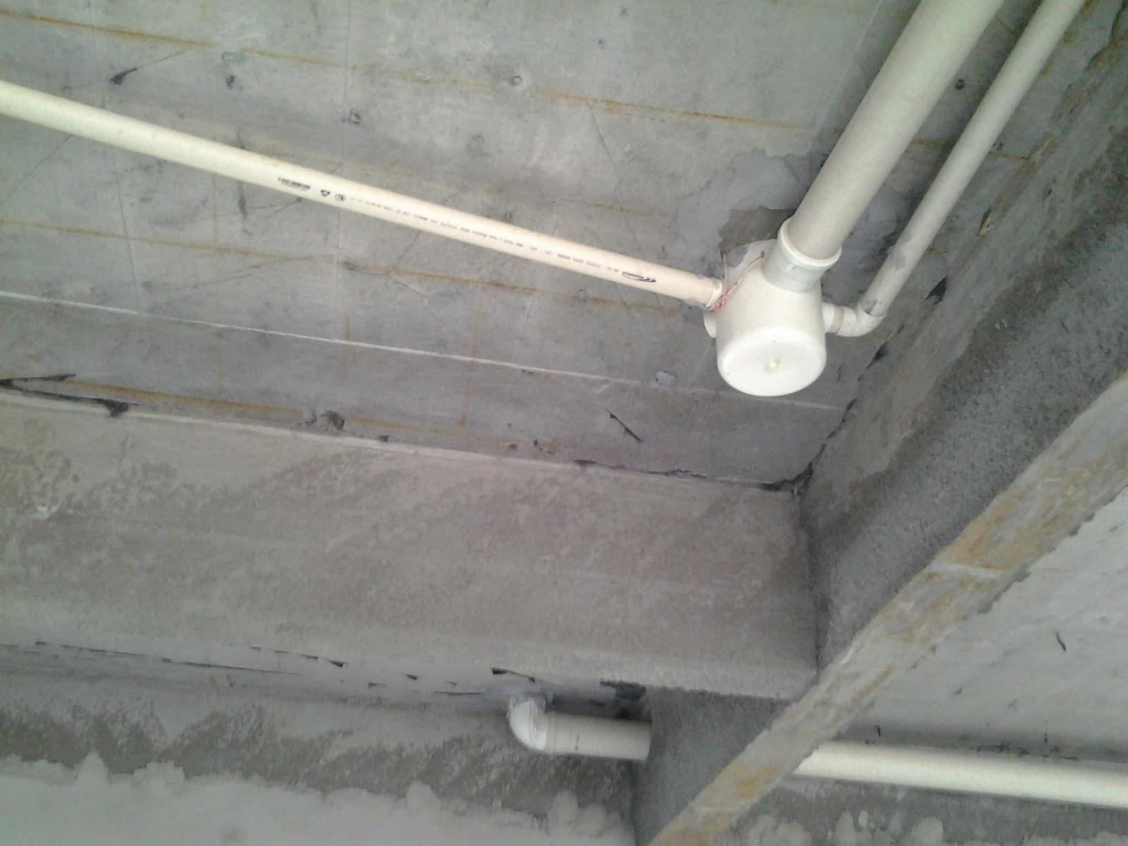 instalação de esgoto no teto.A tubulação é fixada com fio de  #757356 1600 1200