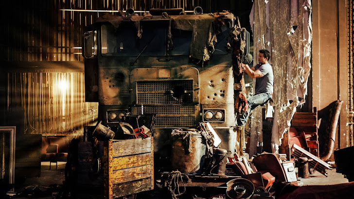 cade yeager (mark wahlberg) fixing optimus prime transformers age of extinction