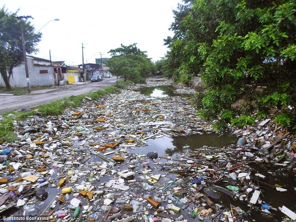 Os canais do Dique do Pompeba, em São Vicente, recebem grandes quantidades de lixo e esgoto, poluindo o estuário de Santos.