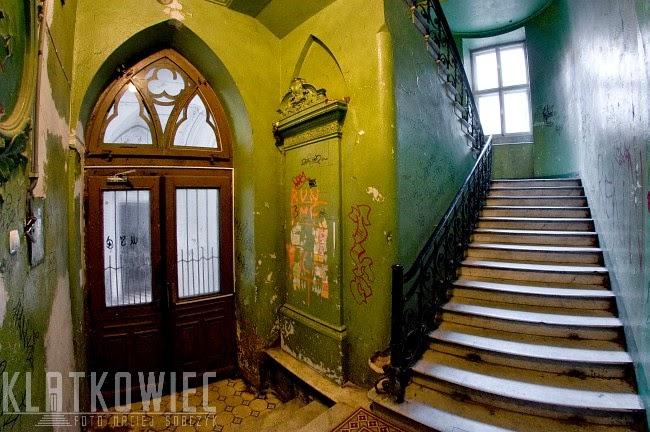 Warszawa: klatka schodowa z piecem kaflowym