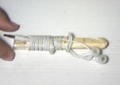 Como enrollar los cables de los auriculares y el cargador