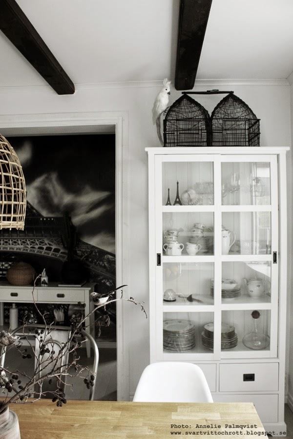 fågelbur inredning, bur, järnbur, fågel, fåglar, på vitrinskåpet, matsal, matsalen, svart och vitt, svartvita, svarta och vita, inredningsblogg