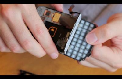 Si eres un desarrollador de BlackBerry y tienes en tus manos un BlackBerry 10 Dev. Alfa C es hora de que sepas que puedes convertirlo en un Q10. En aproximadamente la mitad del precio de venta de un Q10 puedes adquirir las piezas adecuadas para hacer la conversión. El BlackBerry 10 Dev. Alfa C tiene prácticamente las mismas partes internas como el Q10. Mira el vídeo a continuación para ver exactamente cómo convertir una C Dev. en un Q10. Fuente:mundoberry