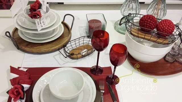 Mesa com detalhes em vermelho Tok & Stok