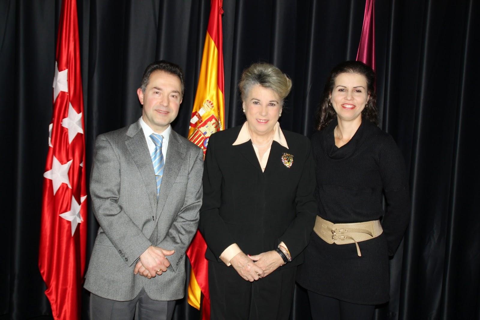 Santiago y Diana, los primeros contrayentes de 2015, con la Concejala de Moratalaz.