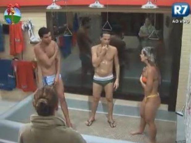 Enquanto Diego, Sylvinho e Roberta tomavam banho, Léo Áquilla, de roupão, contou sobre um acidente de moto que sofreu (Foto: Reprodução/TV Record)