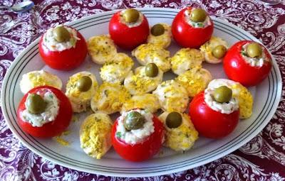 Tomates rellenos y huevos mimosa