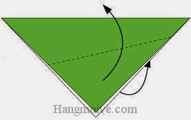 Bước 2: Gấp chéo hai mặt tờ giấy về phía mặt trước và mặt sau.