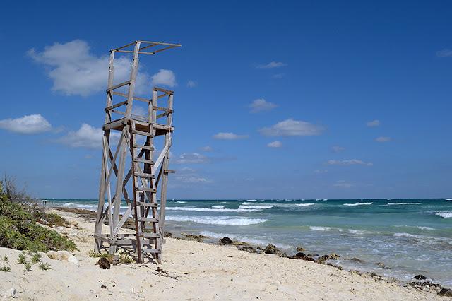 Plateforme de sauveteur abandonné sur une plage de Tulum