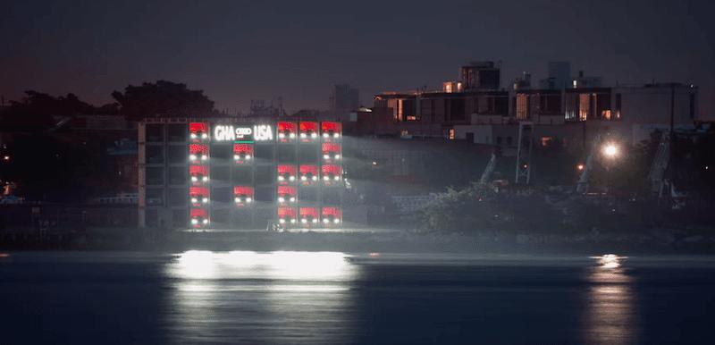 【動画】28台のアウディA8を使ったワールドカップの巨大スコアボード