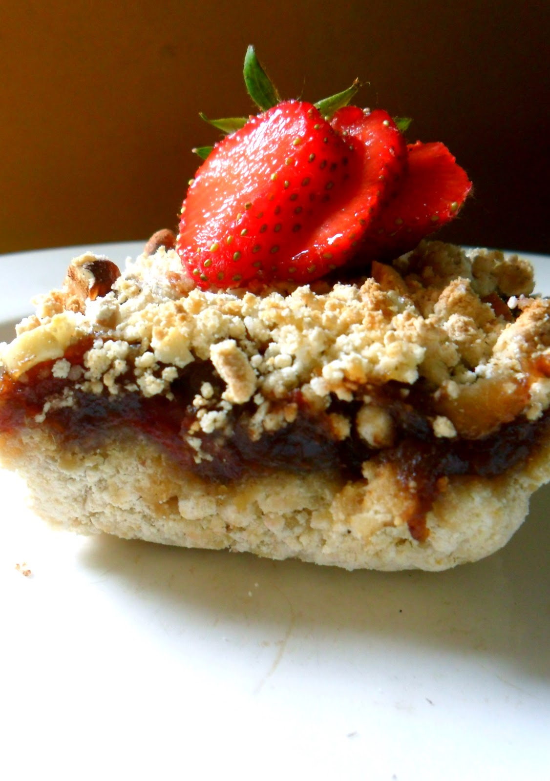 ... Beebz: Gluten free and fat free Strawberry and Date crumble bars