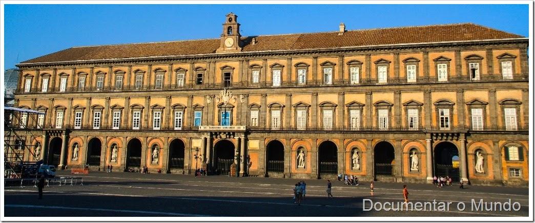 Piazza Plebiscito, Igreja de San Francesco di Paola, Palácio Real, Nápoles, Itália