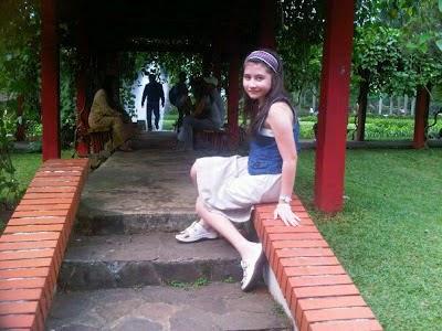Foto Prilly Latuconsina yang cantik lagi duduk