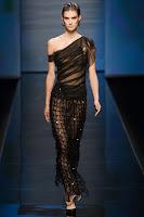 Прозрачна рокля с едно рамо и мрежеста пола на Alberta Ferretti
