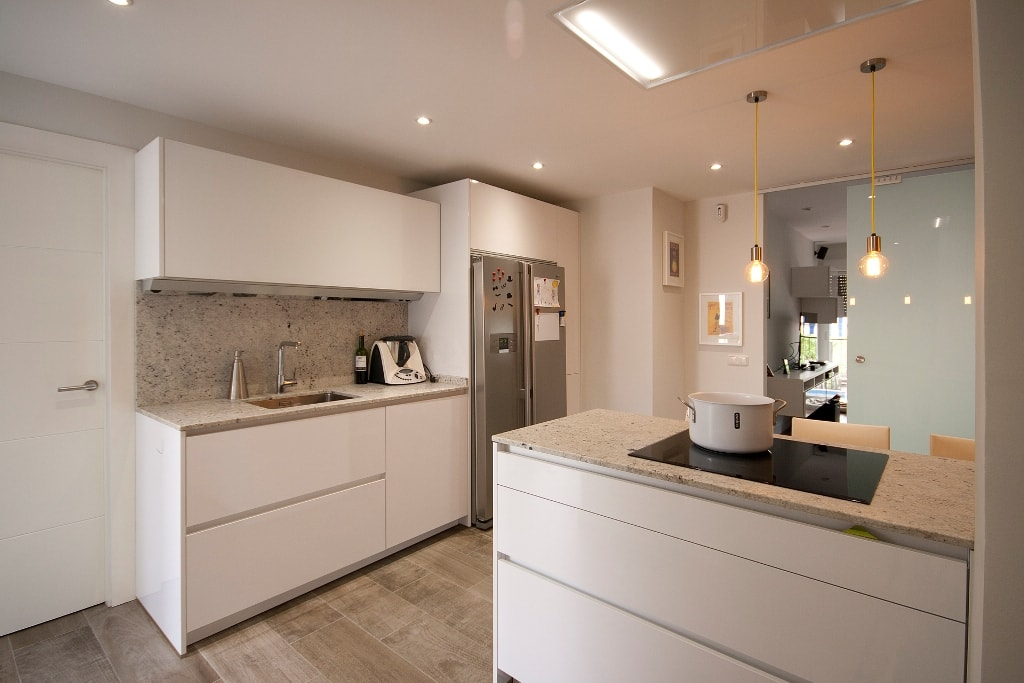 Mesas de madera un complemento ideal para las cocinas for Fotos cocinas blancas
