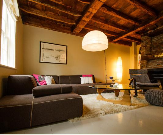 La maison 17 decoraci n interiorismo sal n i tama o y - Decorar salon cuadrado ...
