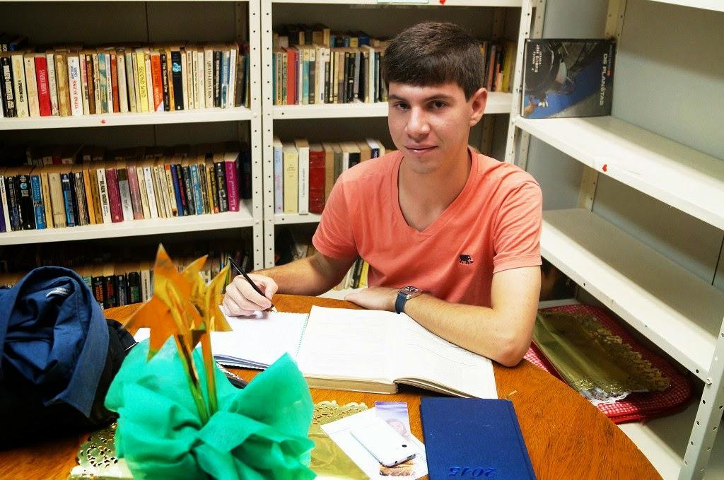 O estudante Felipe Lopes usa a Biblioteca para estudos e pesquisas