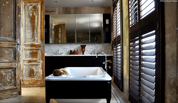 bañera exenta negra puertas desgastadas madera