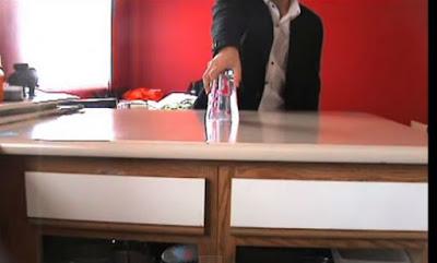 AΠΙΣΤΕΥΤΟ ΚΟΛΠΟ με ένα ποτήρι νερό που σαρώνει στο διαδίκτυο!!! ΔΕΙΤΕ το… (ΒΙΝΤΕΟ