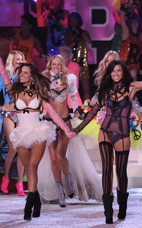 "Stars Show Up BIG For The Victoria's Secret Fashion Show + ""The Throne"" And Nicki Minaj Perform!"
