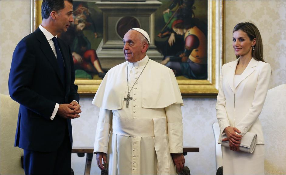 tenue vestimentaire pour rencontrer le pape Et on s'habille pour le bureau comme pour une soirée des sous-cultures religieuses avec leur propre code vestimentaire cette tenue ostensiblement usée.