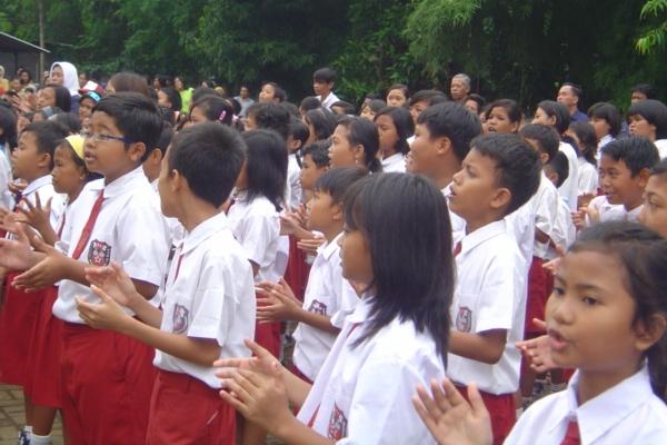 Mendikbud mewajibkan badge merah-putih di dada kiri pada seragam.