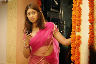 hot cleavage and navel show of Richa gangopadhyay in pink saree