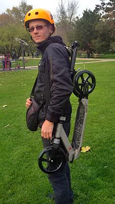 скутер в сгънат вид носене през рамо с ремък колан