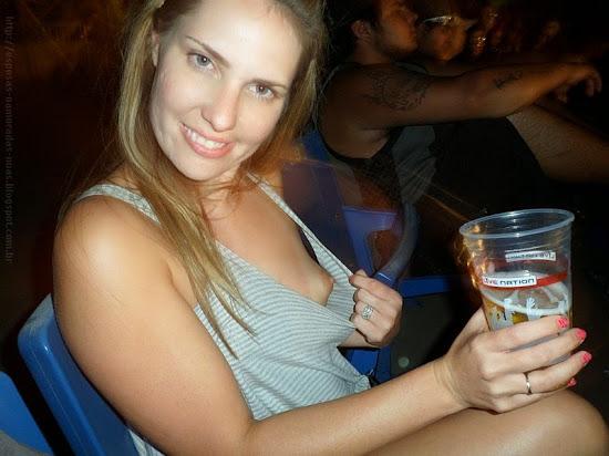 menina bêbada exibindo seio em público