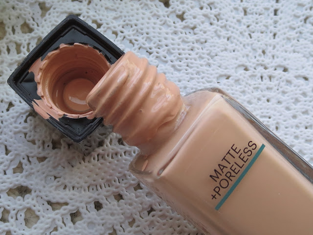 a picture of Maybelline Fit Me Matte+Poreless Foundation in 115 Ivory (close up bottle)