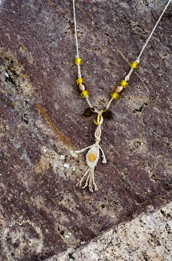 la collana elicriso è stata tessuta manualmente in lino e perle di vetro
