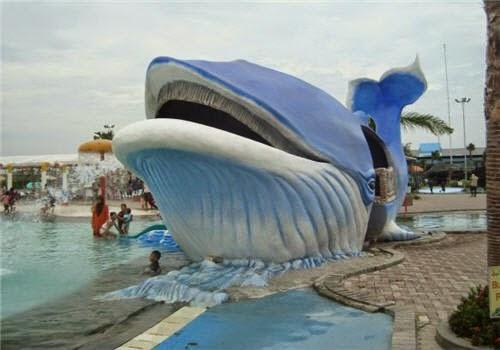 Patung ikan paus di Gerbang Mas Bahari Waterpark