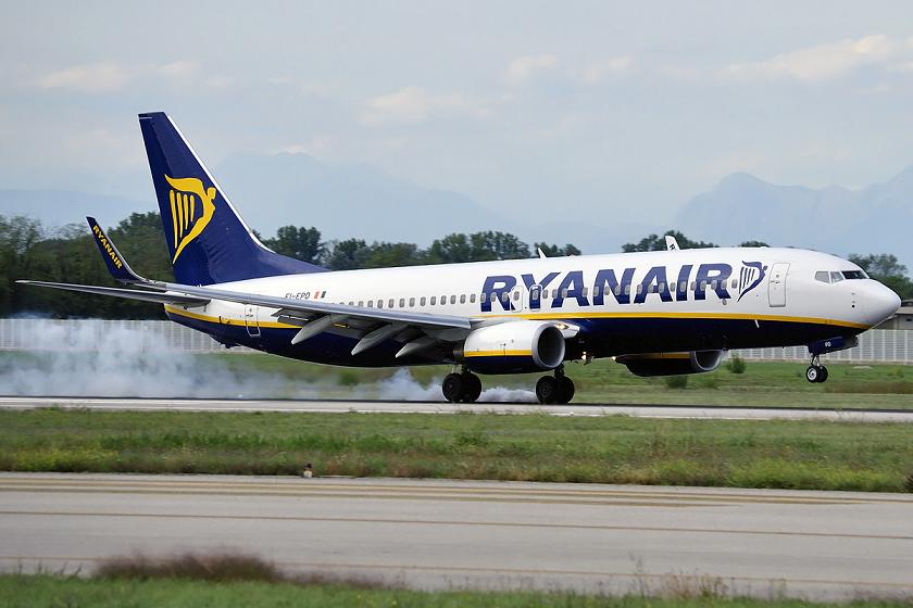 Avión de Ryanair aterriza de emergencia en Barcelona tras impactar con ave