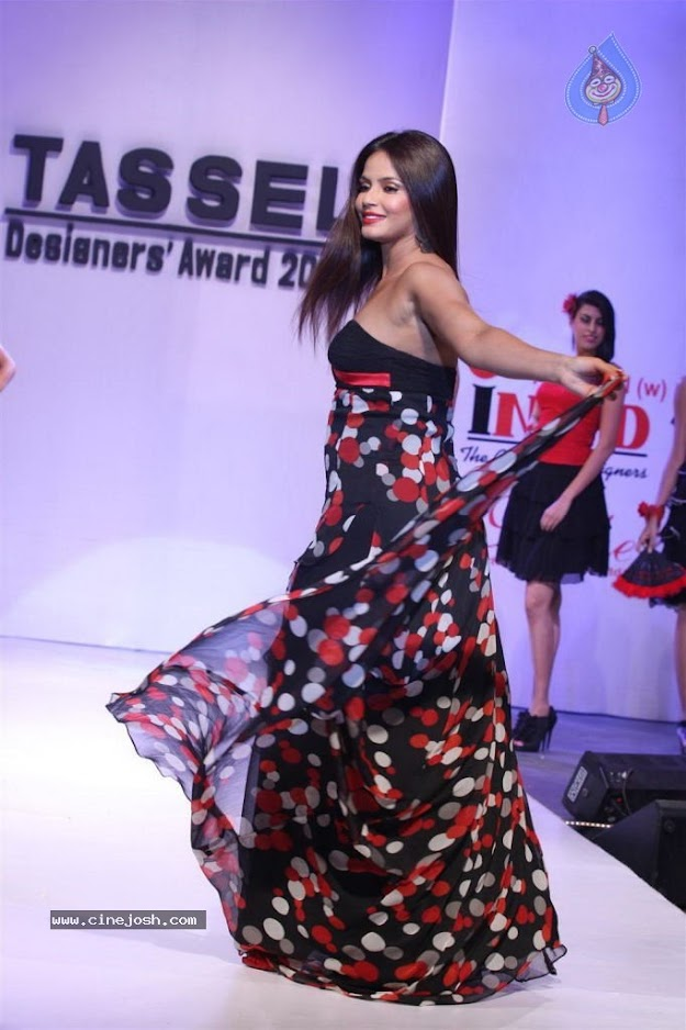 Neethu swirling her dress on ramp - (7) -  Neethu Chandra Hot  @ TASSEL Designers Award 2012....