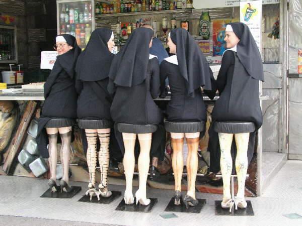 biarawati duduk di kursi