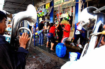 despiden el carnaval con el baile del brindis. rosían alcohol y queman sahumerio augurando ganancia