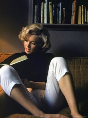 Marilyn Monroe reading books