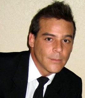 Adolfo Aguilar formal con corbata
