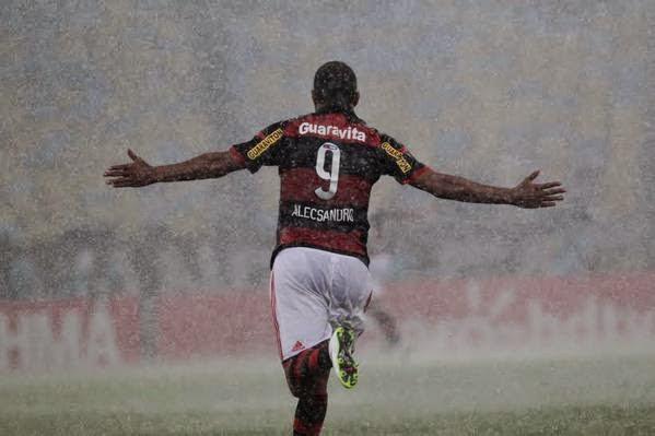 Seja na terra, seja no mar: Em jogo doido, Flamengo bate Vasco