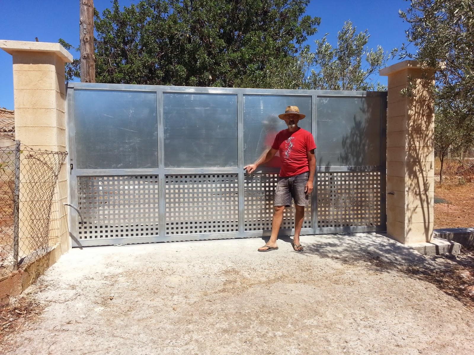 Puertas correderas de hierro revestidas de madera para fincas rusricas barrera con pilares - Pilares de hierro ...