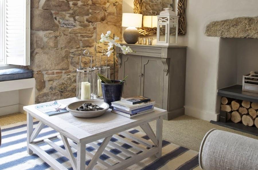 hotel, wnętrza, wystrój wnętrz, styl klasyczny, kamienna ściana, białe wnętrza, salon, stolik, komoda, lampion