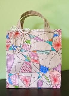 http://www.porcuatrocuartos.com/como-hacer-una-bolsa-para-regalo-con-papel-craft/910