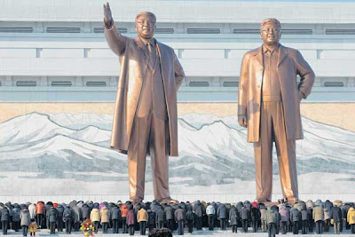 Patung gergasi bekas pemimpin komunis Korea Utara