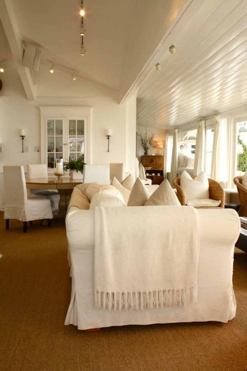 Beach house great room with coastal white slipcover furntiure