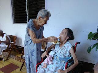 Para muchas personas, los ancianos se convierten en un estorbo, un ...