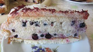 кусочек бисквитного торта с бананами