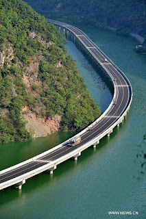Jalan Raya di Atas Sungai