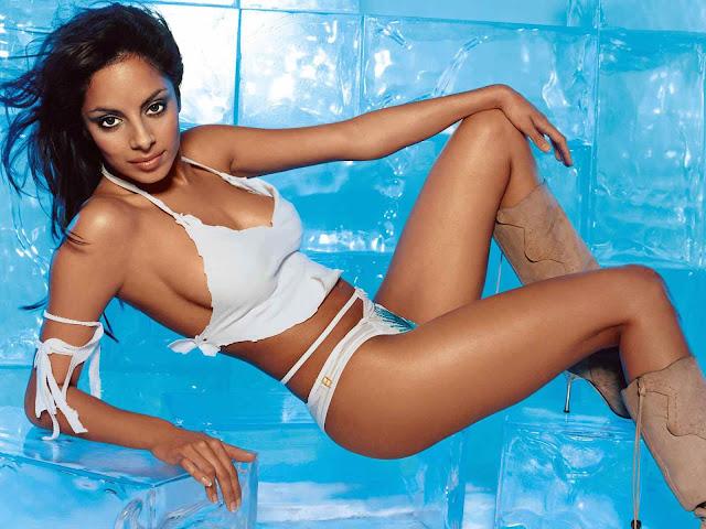 Collien Fernandes sexy in bikini