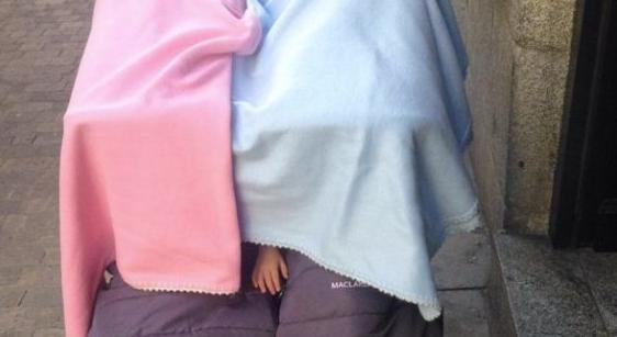 Una foto de niños durmiendo en la puerta de un bar causa indignación en las redes sociales