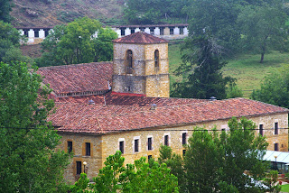 Cangas de Onís, monasterio de Villanueva desde el Camín de la Reina